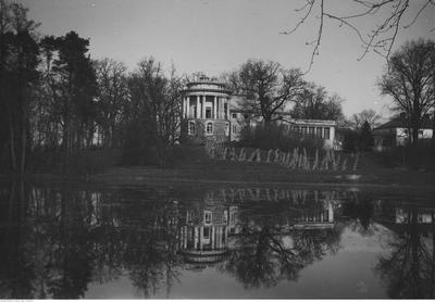 Widok ogólny pałacu od strony południowej z chochołami, 1918-1938