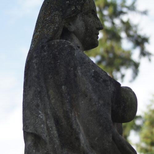 Nagrobek z figurą Matki Boskiej